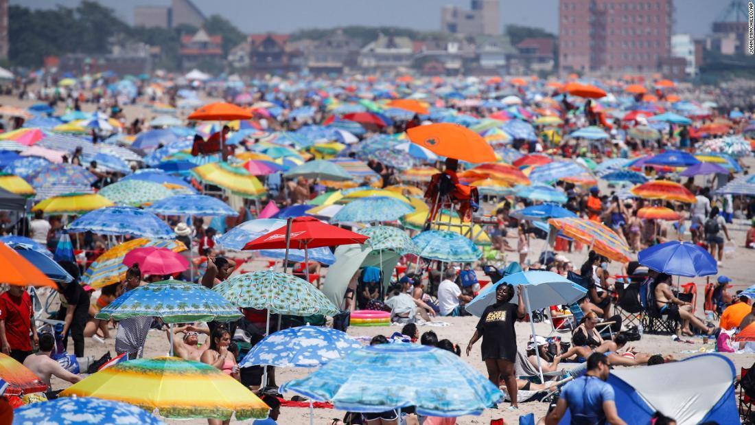 US-Coronavirus: Einige feierten den 4. Juli virtuell, während andere trotz des Anstiegs von Covid-19 die Strände füllten