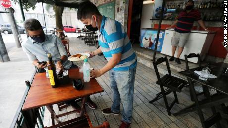 & # 39; Senden der Bevölkerung an den Schlachthof & # 39;: Restaurants und Bars in Rio öffnen, da Experten warnen, dass das Schlimmste noch bevorsteht