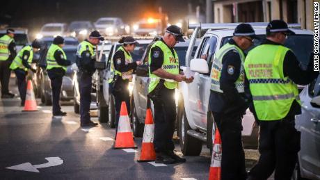 Die Polizei hält an und befragt die Fahrer an einem Kontrollpunkt am 8. Juli in Albury, Australien.