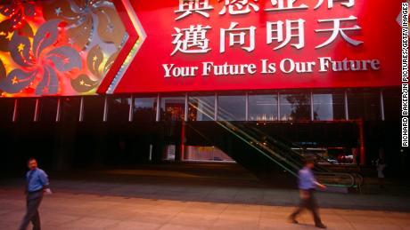 Ein großes Banner hängt am 30. Juni 1997, dem Tag vor der Übergabe von Großbritannien an China in Hongkong, über dem Eingang von HSBC.