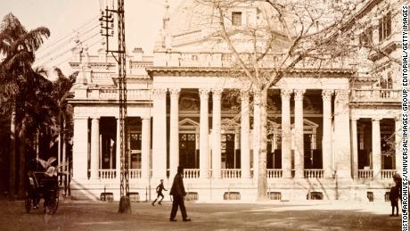 Ein HSBC-Büro in Hongkong, circa 1903. Die Anlage wurde 1886 mit einem Portikus und einer achteckigen Kuppel erbaut.