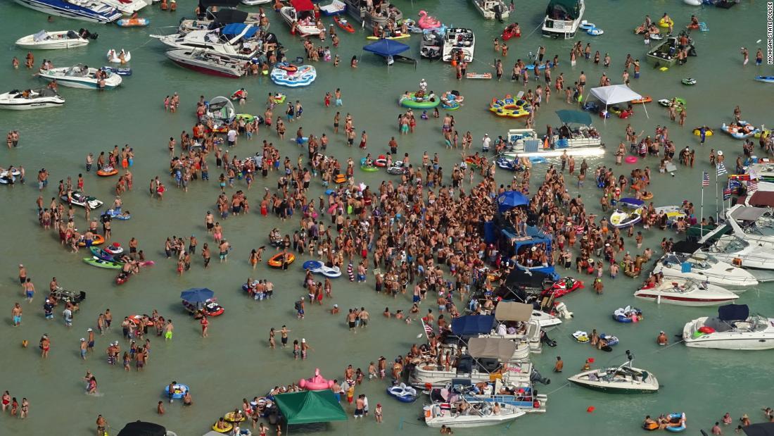 Michigan Coronavirus: Revelers feierte das Wochenende am 4. Juli an einem Michigansee. Jetzt haben einige Covid-19