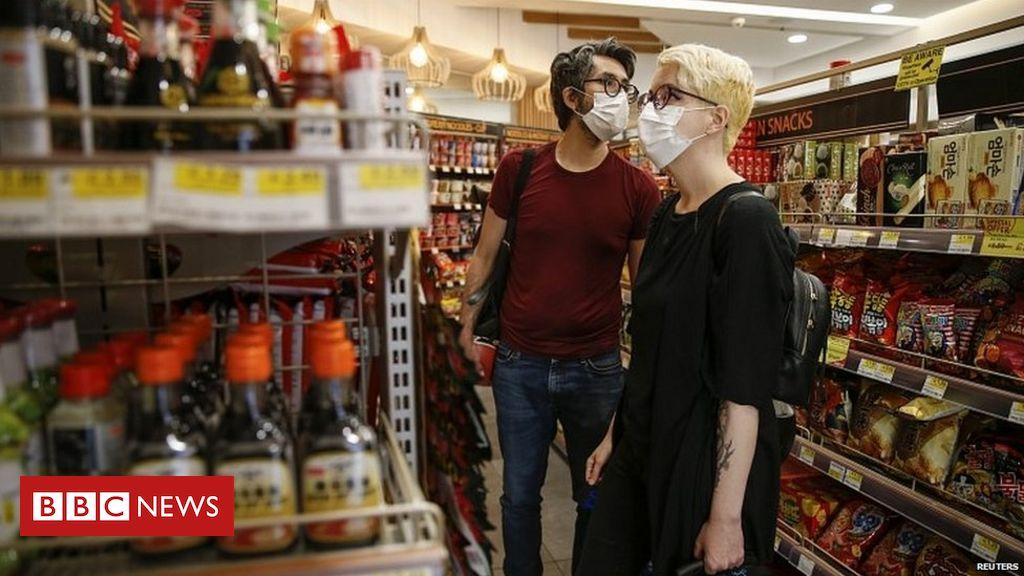 Coronavirus: Gesichtsmasken und Abdeckungen sind in Englands Geschäften obligatorisch