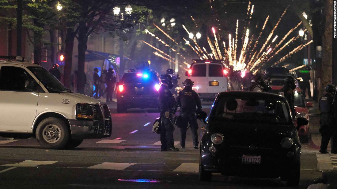 US-Anwalt beantragt Untersuchung des DHS, nachdem das Video maskierte, getarnte Bundesbehörden zeigt, die Demonstranten in Portland festnehmen