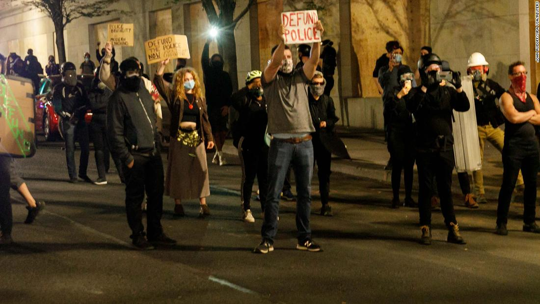 Demonstranten wurden gebeten, zu gehen oder eine Verhaftung zu riskieren, nachdem das Büro der Portland Police Association in Brand gesteckt wurde
