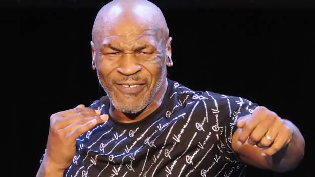 Mike Tyson kämpft im Ausstellungskampf gegen Roy Jones Jr.