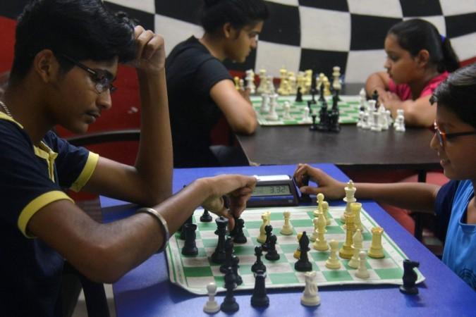 Indische Studenten spielen Schach