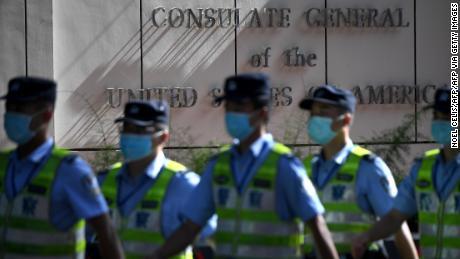 Am 26. Juli marschieren Polizisten vor dem US-Konsulat in Chengdu in der südwestchinesischen Provinz Sichuan.