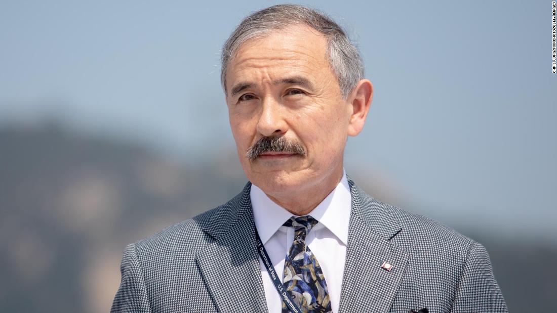 Der US-Botschafter in Südkorea, Harry Harris, rasiert den umstrittenen Schnurrbart ab