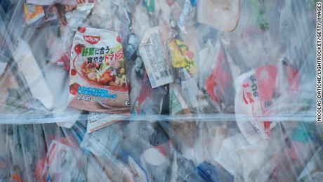 Komprimierter Plastikmüll bei Ichikawa Kankyo Engineering, einem Recyclingzentrum in Japan.