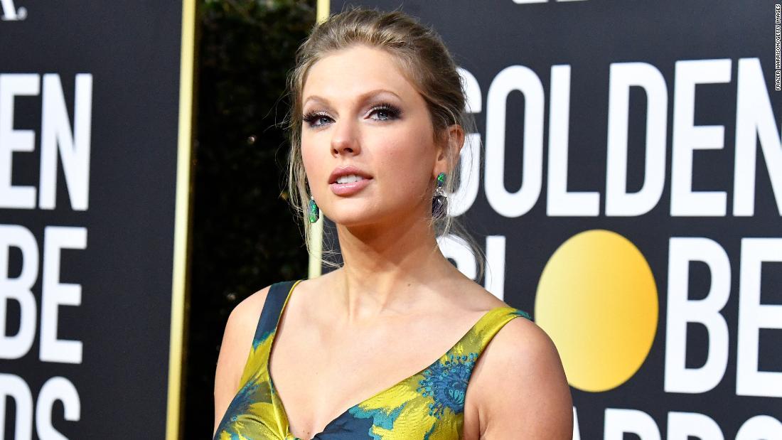 Taylor Swift benennt ihr Album Merch um, nachdem ein Unternehmen in Schwarzbesitz ihr Team beschuldigt hat, sein Design abgerissen zu haben