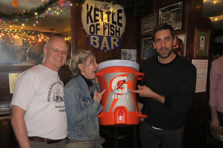 Aaron Rodgers hilft bei der Rettung von Kettle of Fish, der Packer Bar in Greenwich Village