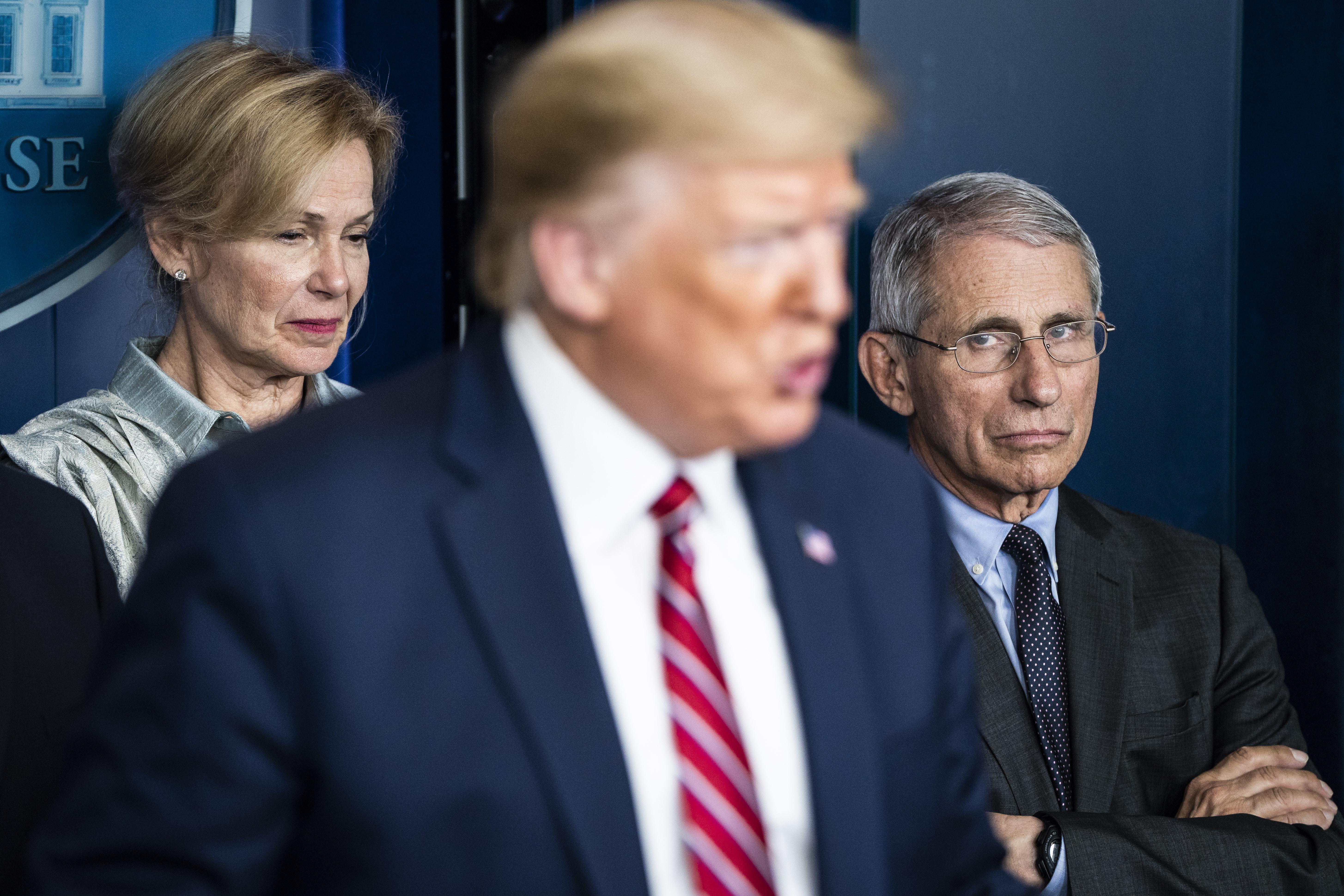 Von links im Hintergrund hören Dr. Deborah Birx und Dr. Anthony Fauci zu, wie Präsident Donald Trump am 20. März bei einem Briefing über Coronaviren in Washington, DC, spricht.