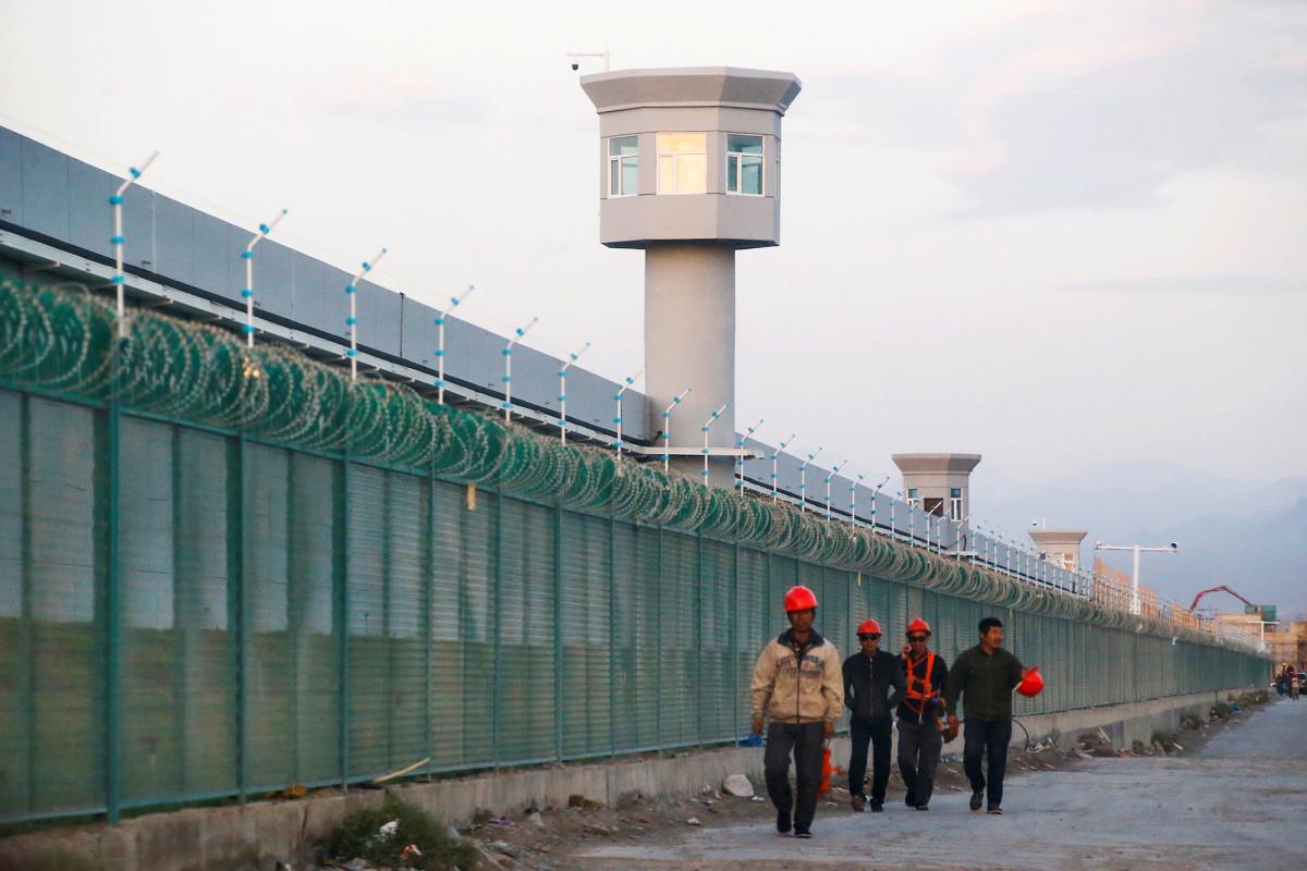 China verwendet uigurische Zwangsarbeit, um Coronavirus-Gesichtsmasken in Massenproduktion herzustellen