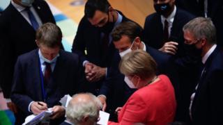 Bundeskanzlerin Angela Merkel (C, unten) spricht mit dem französischen Präsidenten Emmanuel Macron (C) und dem spanischen Premierminister Pedro Sanchez (C, oben) während eines Rundtischgesprächs auf einem EU-Gipfel über einen wirtschaftlichen Rettungsplan nach dem Virus in Brüssel 20. Juli 2020.