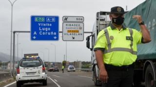 Eine spanische Zivilgarde kontrolliert am 6. Juli 2020 einen Kontrollpunkt auf der Autobahn zwischen den Regionen Galizien und Asturien in Ribadeo