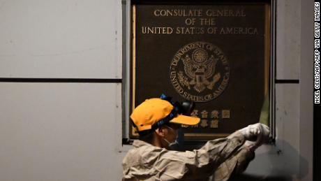 Ein Arbeiter versucht, eine Plakette an der Wand vor dem US-Konsulat in Chengdu im Südwesten Chinas zu entfernen.