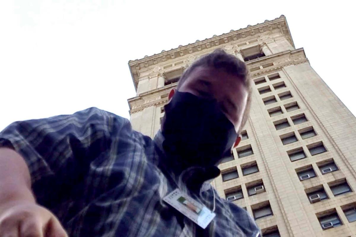 Demonstranten des Rathauses greifen den Reporter der NY Post an, während Polizisten nichts unternehmen
