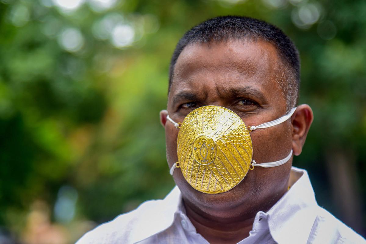 Der Inder trägt während der Coronavirus-Pandemie eine goldene Gesichtsmaske im Wert von 4.000 US-Dollar