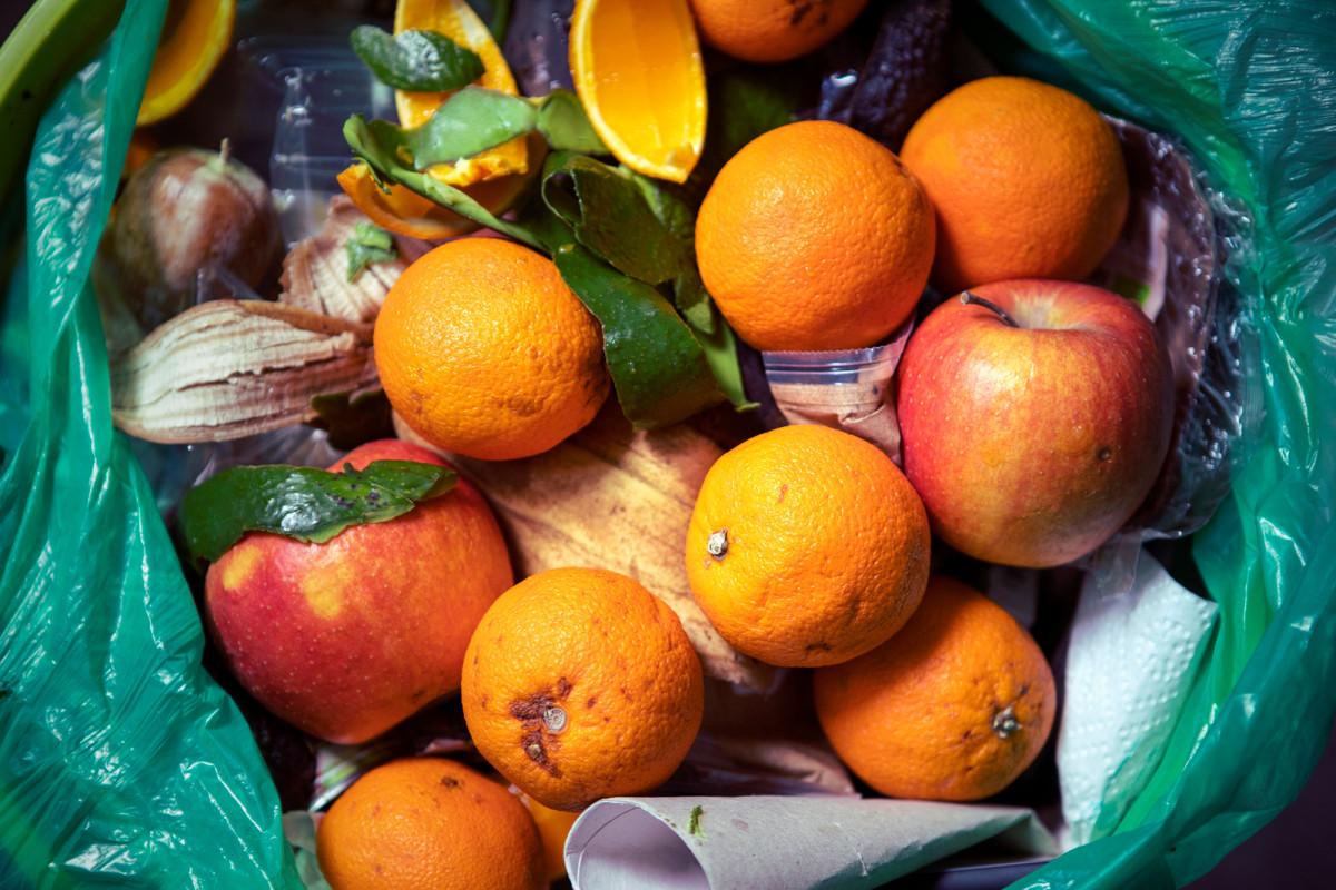 Der durchschnittliche Amerikaner verschwendet so viel Geld pro Jahr, indem er verdorbene Früchte wegwirft