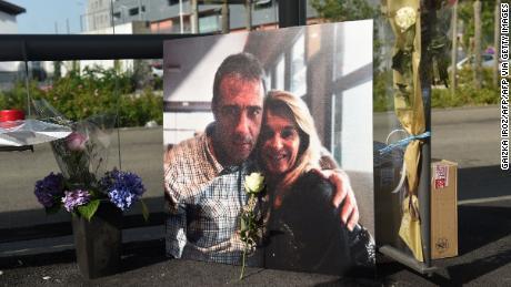 Ein Bild von Philippe Monguillot und seiner Frau Veronique Monguillot bei einem Marsch in Bayonne am 8. Juli.