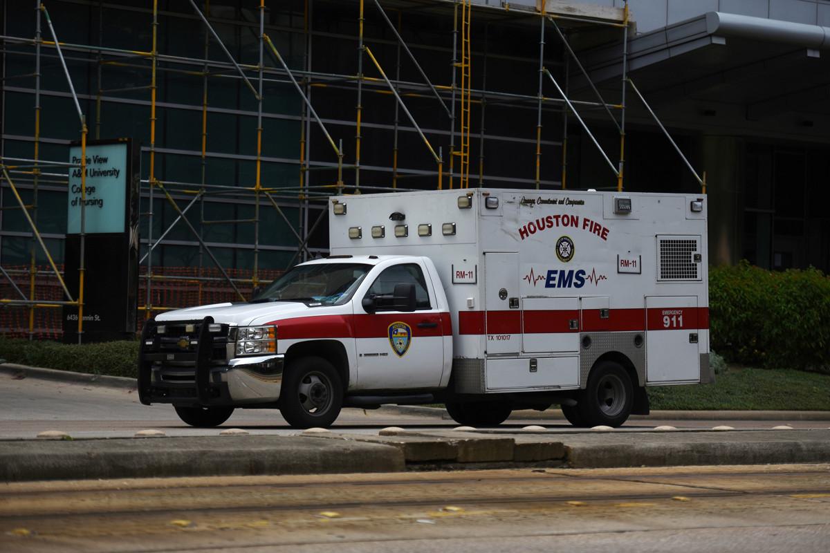 Die Krankenhäuser in Houston bringen Patienten inmitten der COVID-19-Spitze aus der Stadt