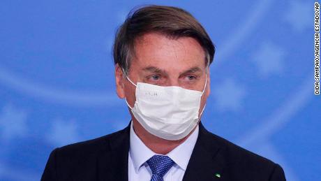 Der brasilianische Jair Bolsonaro testet positiv auf Covid-19, nachdem er monatelang die Schwere des Virus abgetan hat