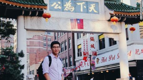 Tianyu Fang in Chinatown in Boston. Fang absolvierte seine High School in der Gegend von Boston.