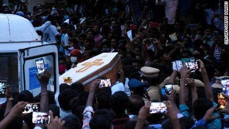Die Bewohner versammeln sich, als sie den Sarg von Jayaraj und Sohn Bennicks Immanuel tragen, die angeblich von der Polizei im indischen Bundesstaat Tamil Nadu gefoltert wurden.