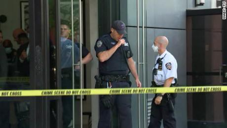 Die Polizei ist vor dem Gebäude in Manhattans Lower East Side zu sehen.