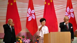 Carrie Lam bei einer Fahnenerhebung am Mittwoch in Hongkong