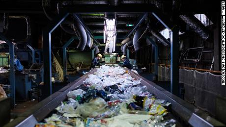 Die Arbeiter sortieren Einweg-Plastikmüll auf einem Förderband im Recycling-Zentrum von Ichikawa Kankyo Engineering. Das Büro der Stadt Katsushika in Tokio bringt täglich rund 10 Tonnen recycelbare Kunststoffressourcen in die Recyclinganlage.