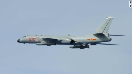 Chinesischer H-6-Bomber, fotografiert von japanischen Kämpfern am 28. Juni 2020.