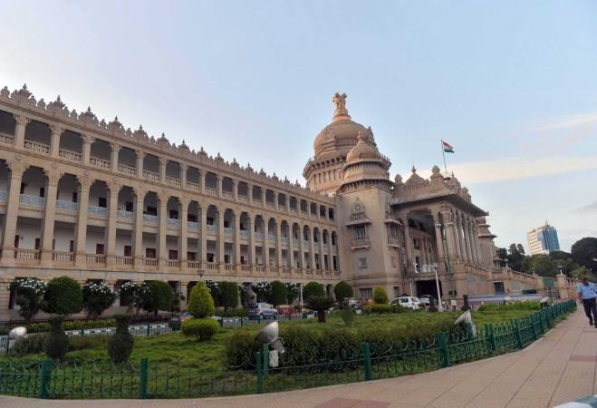 Ein Blick auf Vidhana Soudha, nachdem die Eingangstore nach der politischen Entwicklung in Karnataka am 10. Juli 2019 geschlossen wurden.