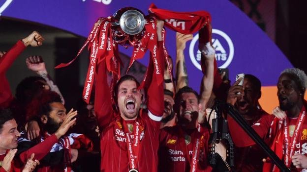 Liverpool Premier League Trophäenlift: Besondere Zeremonie zum 30-jährigen Titelgewinn