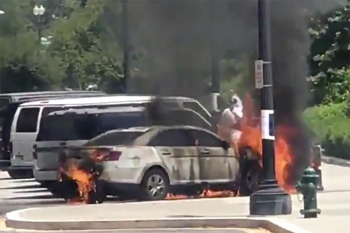 Mann verbrannt, nachdem er Polizeiauto vor dem Obersten Gerichtshof der USA in die Luft gesprengt hatte