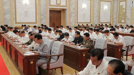 Der nordkoreanische Führer Kim Jong Un ist beim Treffen am Donnerstag auf diesem Foto von KCNA zu sehen. Beamte scheinen keine Masken zu tragen oder soziale Distanzierung zu praktizieren.