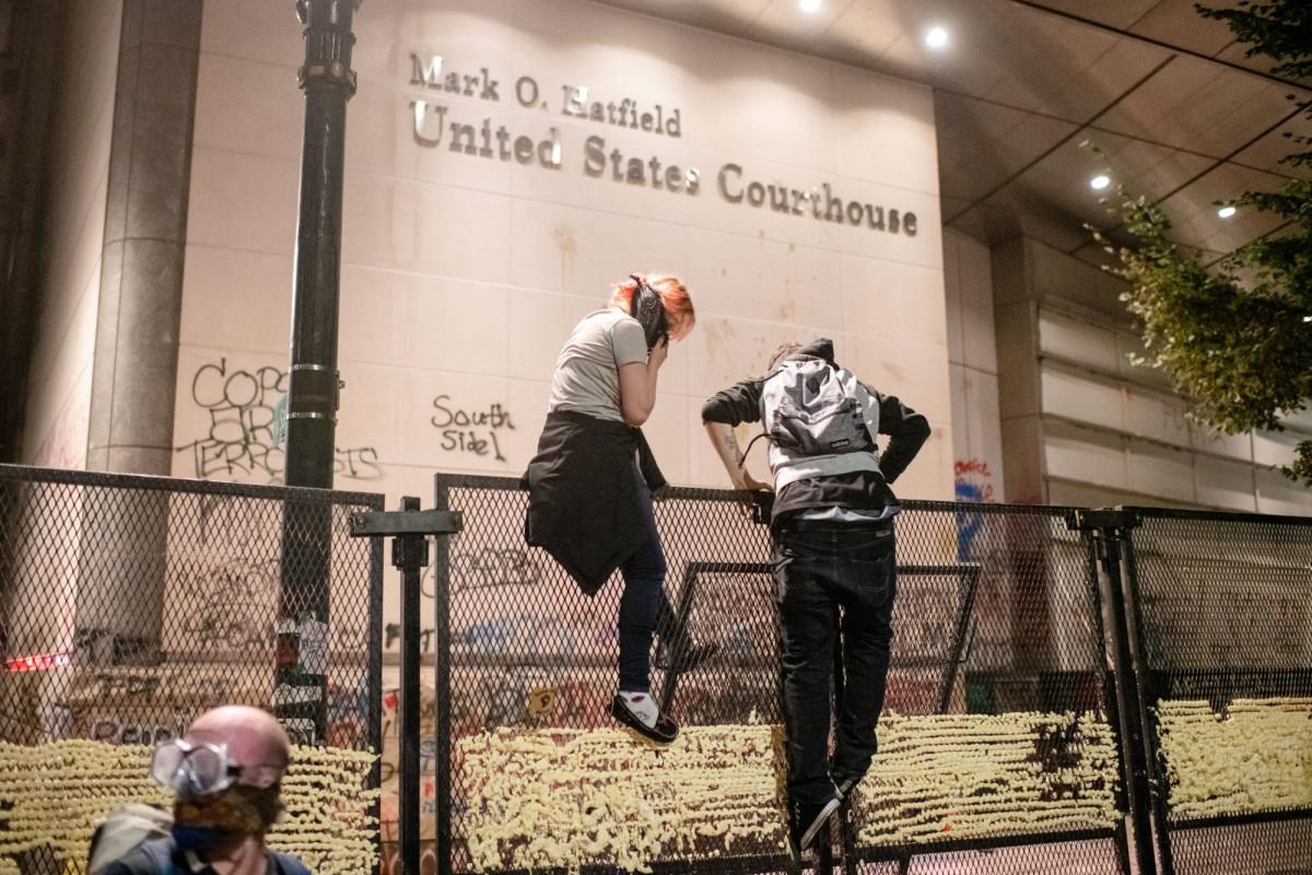Portland trifft die Regierung mit Geldstrafen in Höhe von 500 US-Dollar für Zäune vor belagerten Gerichtsgebäuden