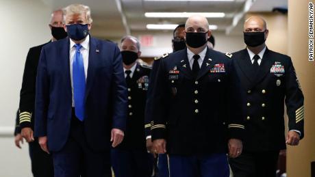 Trump twittert ein Bild von sich selbst, wie er eine Maske trägt, und nennt es