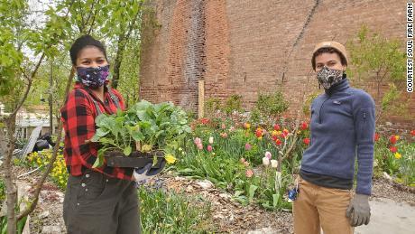 Der stellvertretende Programmmanager der Soul Fire Farm, Kiani Conley-Wilson, Left, und Z Estime, bauen im Rahmen des Projekts Soul Fire in the City ein Gartenbett für ein Community-Mitglied.