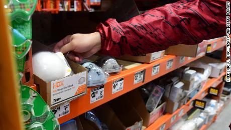 Masken können das Coronavirus in den USA nicht stoppen, aber Hysterie hat zu Massenkäufen, Preissenkungen und ernsthafter Angst um die Zukunft geführt