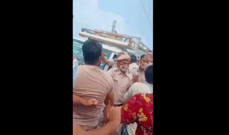 Die Polizei versucht, die Menge zurückzudrängen