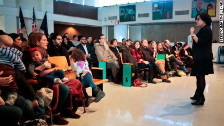 Die Schulleiterin Sandra Soto von der Public School 705 - einer Grundschule in Brooklyn - spricht 2016 vor einer Versammlung von Eltern. Mit einem Pilotprogramm konnten sieben Grundschulen in New York City ihre Zulassungsrichtlinien optimieren, um die Vielfalt zu fördern, indem sie Plätze für Kinder mit niedrigem Einkommen reservierten .