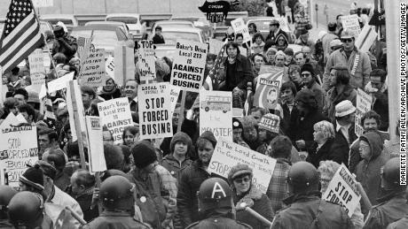 Demonstranten tragen Schilder gegen erzwungene Schulbusse vor einer Versammlung demokratischer Führer in Louisville, Kentucky, am 23. November 1975.