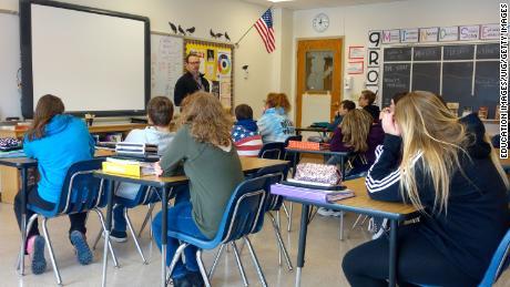 Ein Schulleiter spricht mit Achtklässlern über die Sicherheit in der Schule in Wellsville, New York. Viele öffentliche Schulen in den USA sind nach wie vor weitgehend getrennt.