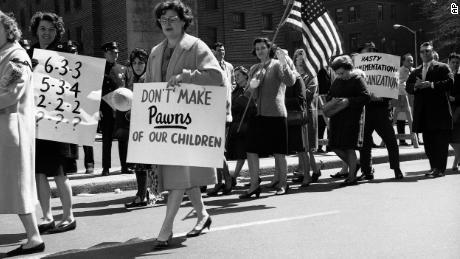 Proteste gegen die Integration von Schulen sind nicht neu. Im Jahr 1965 Mitglieder eines Elternteils & # 39; Verband vor dem Board of Education in Brooklyn, New York, gegen einen Vorschlag zur Integration öffentlicher Schulen.