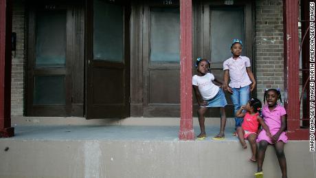 Die Schwestern Corlia, Kayla, Aaliyah und Kaylen Smith stehen auf ihrer Veranda im B.W. Cooper Wohnprojekt in New Orleans.