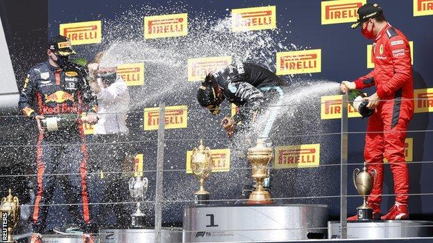Max Verstappen, Lewis Hamilton und Charles Leclerc auf dem Podium