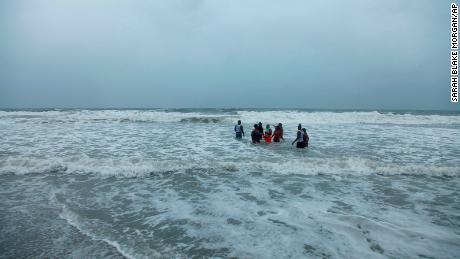 Kerra Houser und ihre Familie schwimmen am Montag, dem 3. August 2020, in North Myrtle Beach, South Carolina.