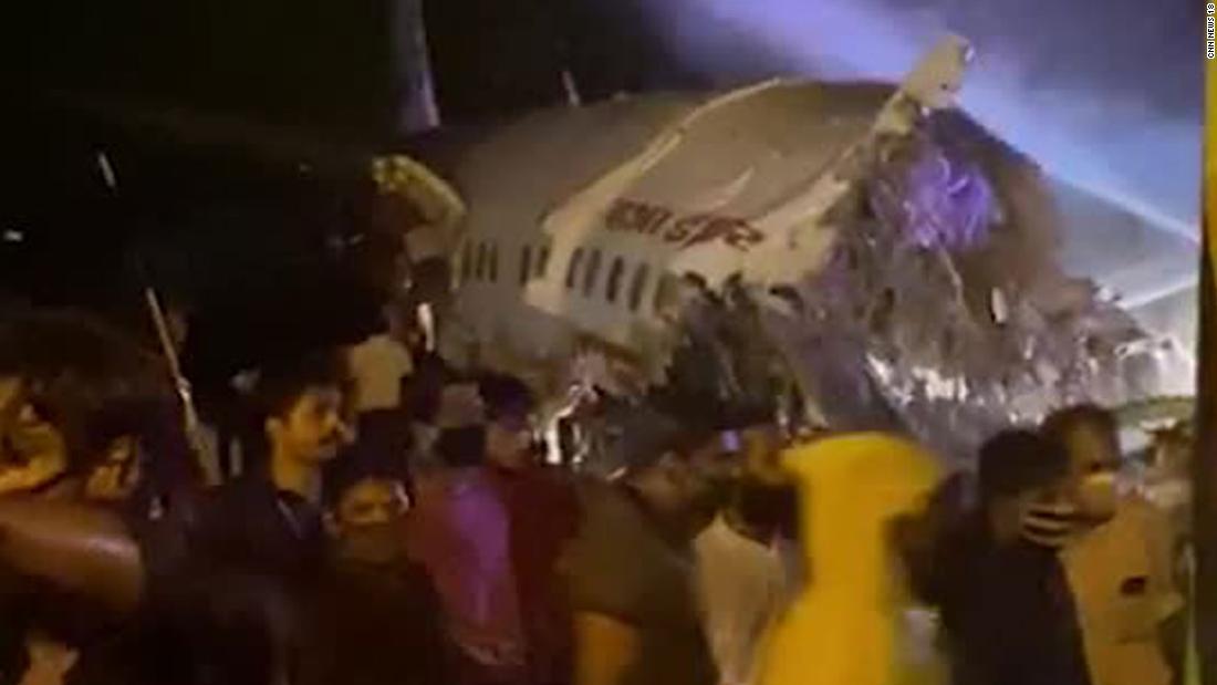 Der Absturz von Air India in Kerala tötet drei, nachdem das Flugzeug von der Landebahn gerutscht ist